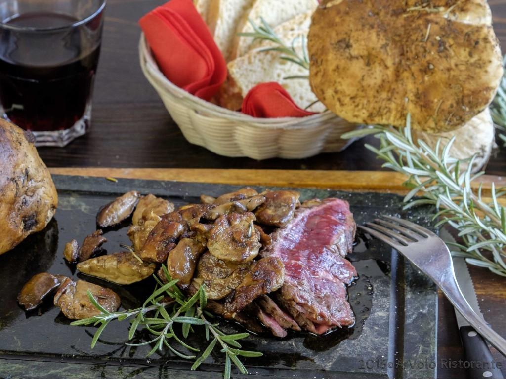 Ar Volo Tagliata di manzo Danese servita su pietra lavica e funghi porcini