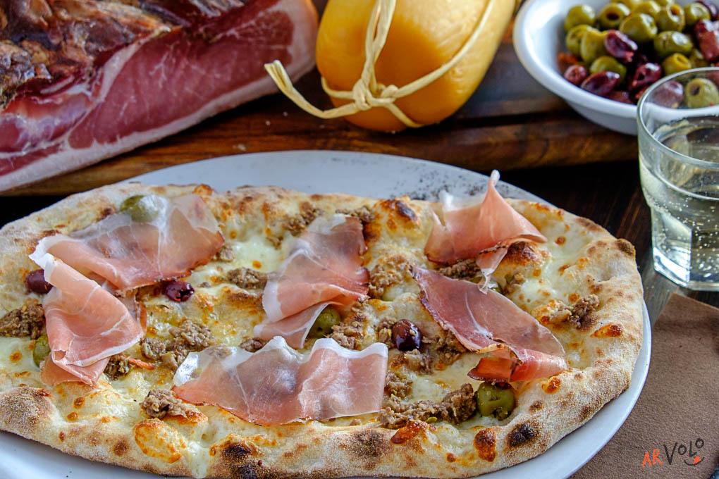 ArVolo Pinsa Crema di Scamorza Affumicata Speck e pesto di Olive