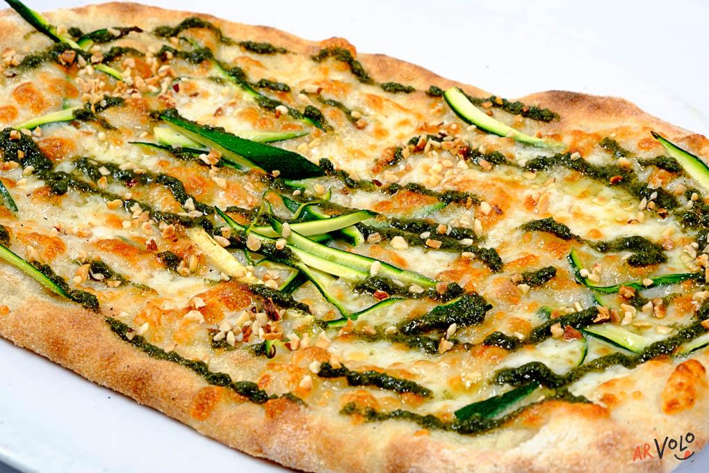 ArVolo Pinsa pesto ortiche pecorino romano zucchine e nocciole