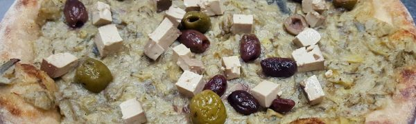 Focaccia Crema di Carciofi, Tofu bio affumicato e Olive miste