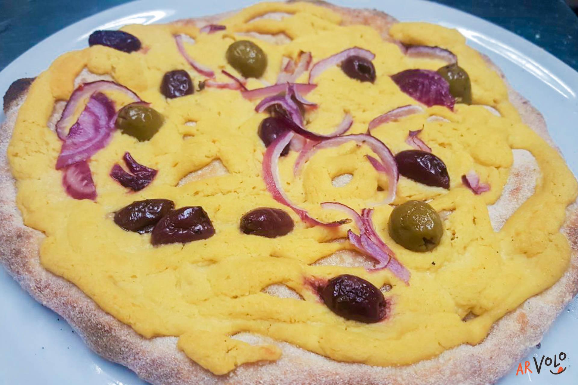 Focaccia Vegana crema di Cannellini con cipolla rossa di Tropea e olive miste