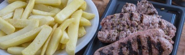 Salsiccie alla griglia con patatine fritte (3 pezzi)