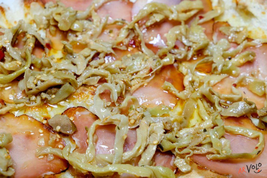 Pinsa Lombo stagionato e melanzane a filetti