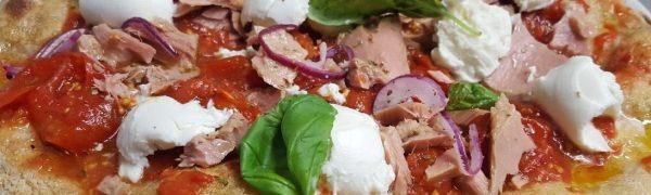 Focaccia con Piennolo Dop, mozzarella di bufala, basilico, filetto di tonno e cipolla rossa