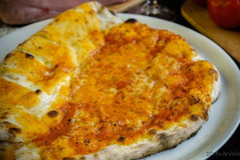 Pizza margherita incamiciata