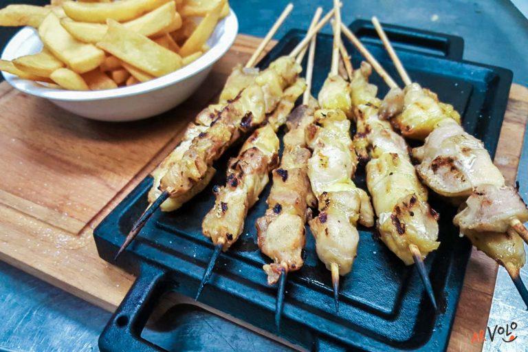 Arrosticini di coscio di pollo con patatine fritte