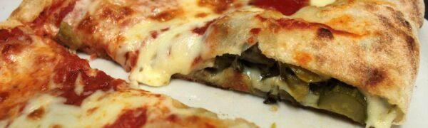 """Pizza margherita """"incamiciata"""" alla Mediterranea"""