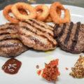Tris di Hamburger prosciutto, ovino e pannicolo con salse e anelli di cipolla