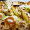 Pinsa con zucca saltata, mozzarella, patate e fiori di zucca