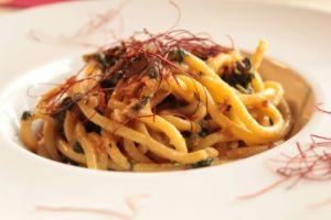 Spaghettone Aglio, olio, peperoncino, alici, pomodoro, cime di rapa, briciole croccanti di cipolla tostate al forno