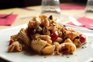 Conchiglie con farina di ceci, baccalà, olive, crema di acciughe, capperi, pomodoro e prezzemolo - 9,5
