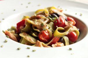 Fettuccine paglia e fieno, filetto di tonno sott'olio, piennolo, olive e erba cipollina