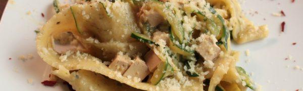 Pappardelle Vegan con Zucchine, Tofu, Pecorino vegetale e briciole di cipolla croccanti