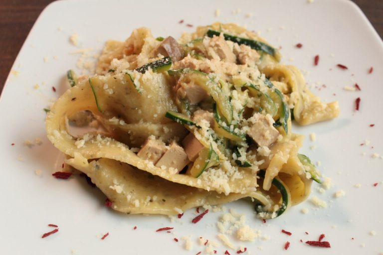 Pappardelle Vegan zucchine alla julienne, pecorino vegetale a base di ceci, tofu affumicato, briciole croccanti di cipolla tostate al forno