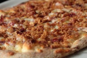 Pinsa pancetta affumicata, briciole di cipolla croccante tostata al forno