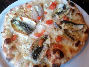 Pizza alici, pomodoro fresco, cipolla, aglio, mozzarella, spezie mediterranee