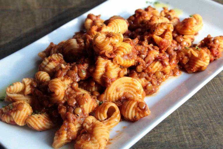 Conchiglie di farina di ceci con ragù di lenticchie