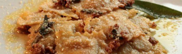 Ravioli ripieni di Salsiccia, Patate, menta, timo ed erba cipollina