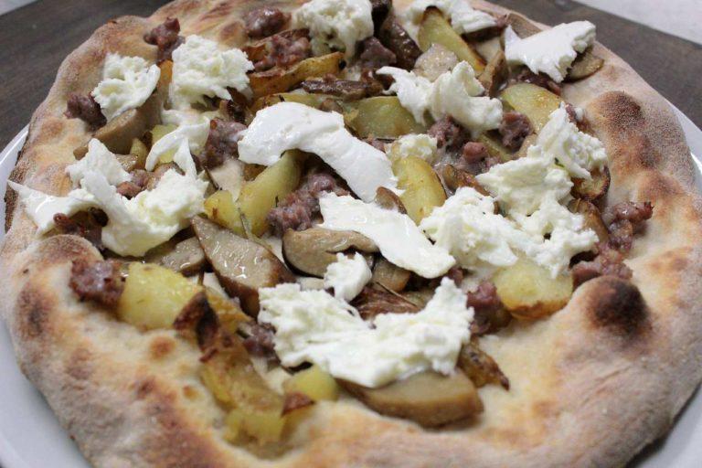 Pizza Salsiccia, patate, funghi porcini e fiordilatte stracciato
